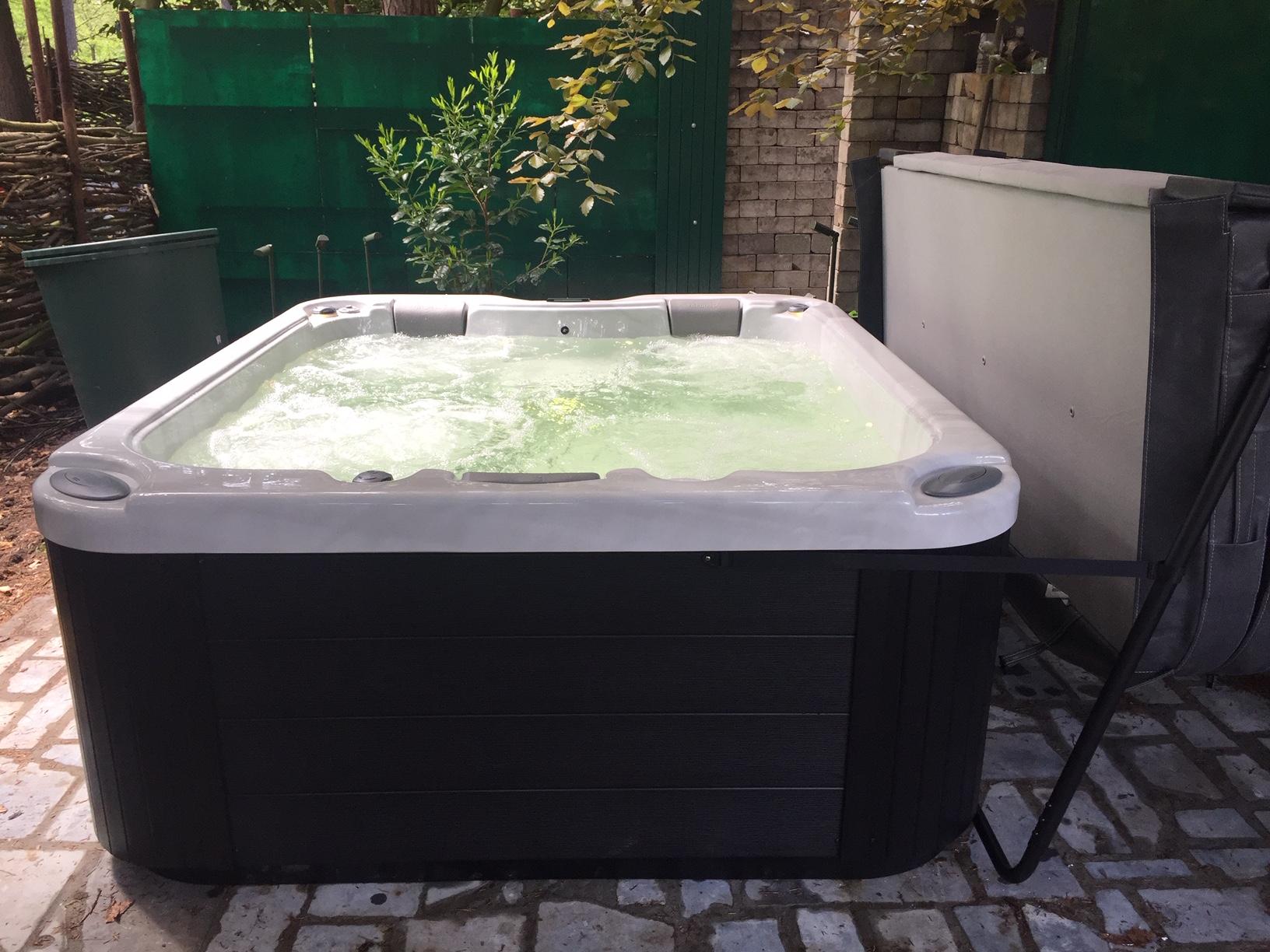Plaatsing bubbelbad Wellis tuin